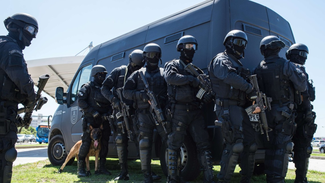 11022015---policiais-do-bope-se-preparam-para-treinamento-de-seguranca-em-estacao-do-brt-do-rio-de-janeiro-para-os-jogos-olimpicos-de-2016-1423677258841_1920x1277