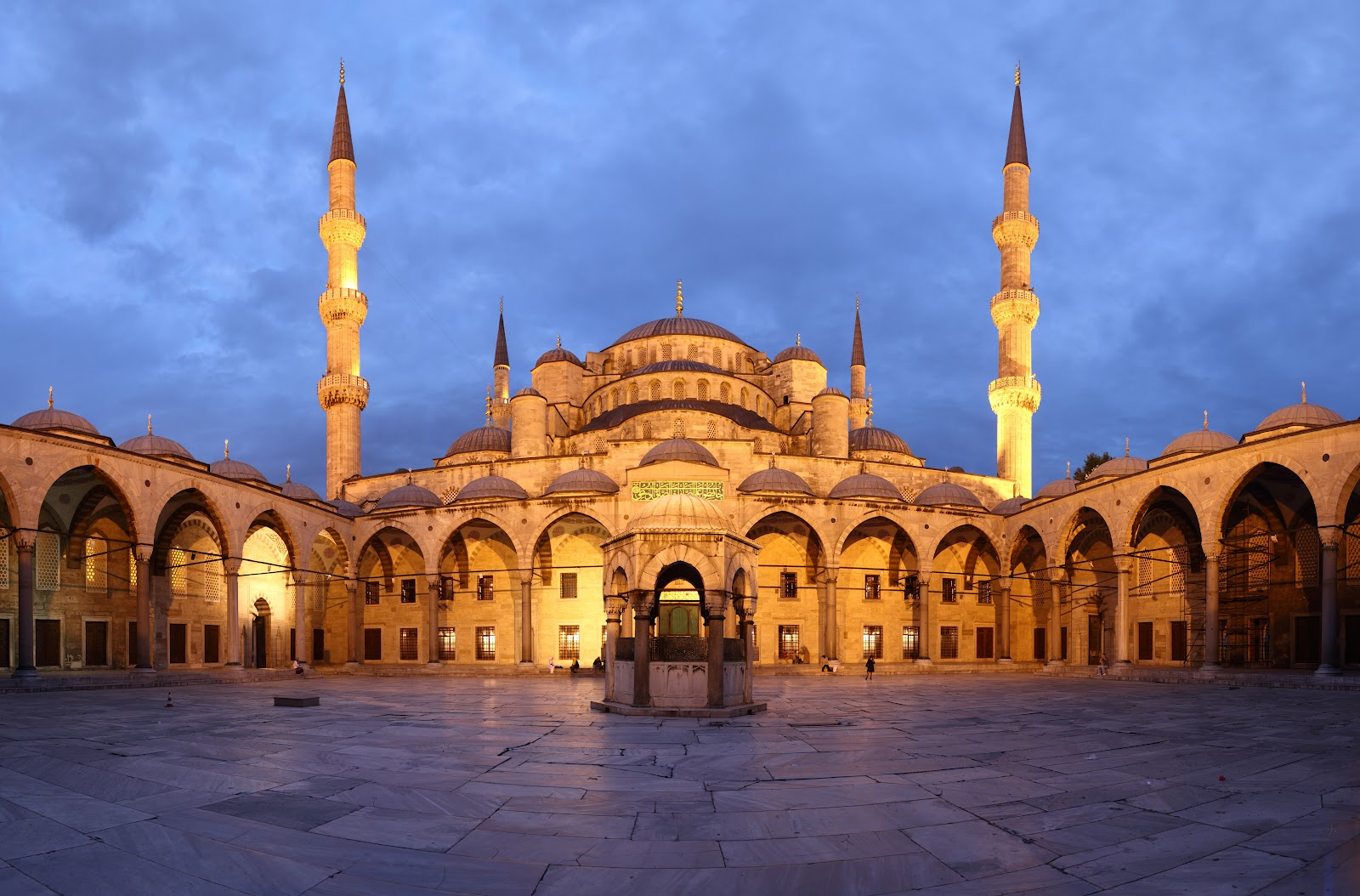 Blue_Mosque_Courtyard_Dusk_Wikimedia_Commons