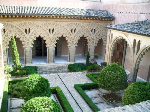 800px-Patio_de_Santa_Isabel